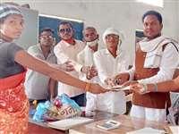 कोदापाखा मेड़ो में तेंदूपत्ता परिश्रमिक राशि का वितरण