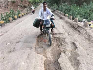 श्योपुरः संकरी पुलिया पर गड्ढे होने से आए दिन हो रहे हादसे, जाम लगने की भी रहती है समस्या
