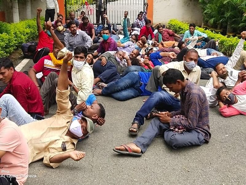 Bilaspur Education News: केंद्रीय विवि प्रशासनिक भवन में तालाबंदी, गेट के बाहर लेट गए कर्मचारी