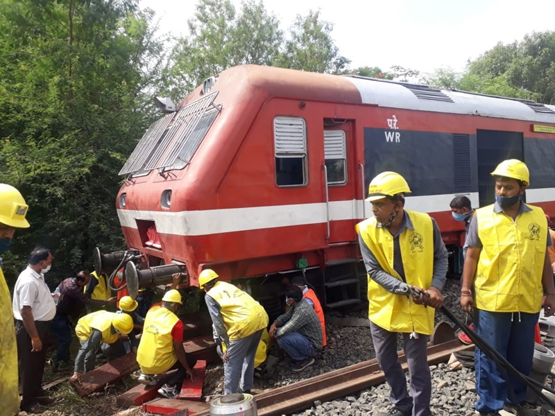 Indore Railway Station: रात ढाई बजे डेमू का इंजन हुआ डिरेल, पटरी पर लाने की मशक्कत