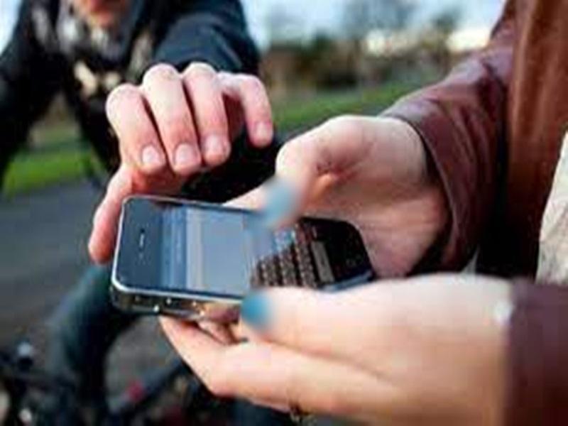 Indore Crime News:  मोबाइल लुटेरों से भिड़ा युवक, बाइक छोड़कर भागे बदमाश