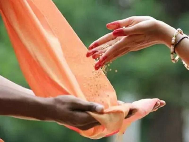 Vastu Tips: शनिदेव की कृपा दृष्टि पाने के लिए शनिवार को करें इन 4 चीजों का दान
