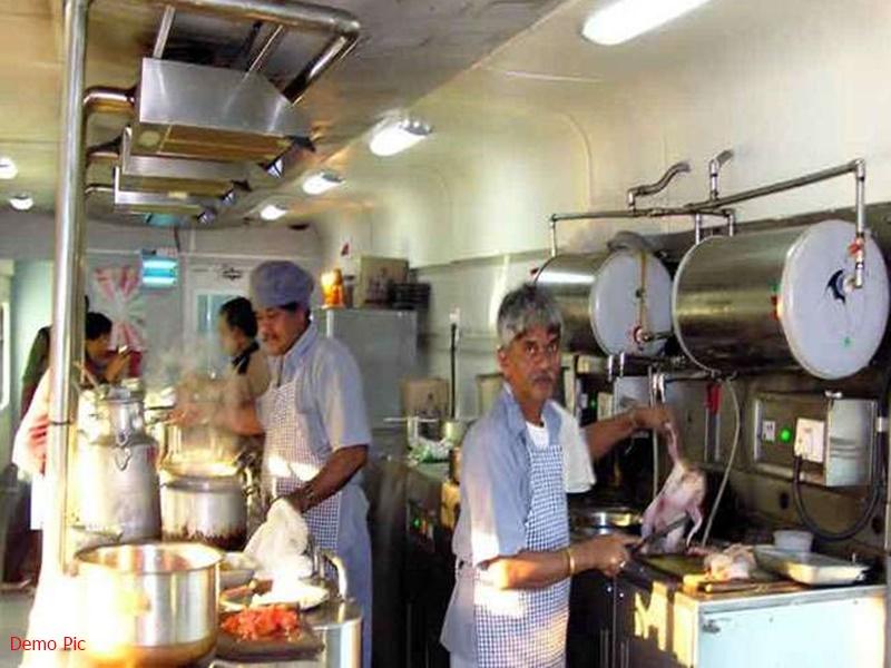IRCTC: अब लाइव देख पाएंगे इस रेलवे स्टेशन के किचन में कैसे बन रहा आपका खाना