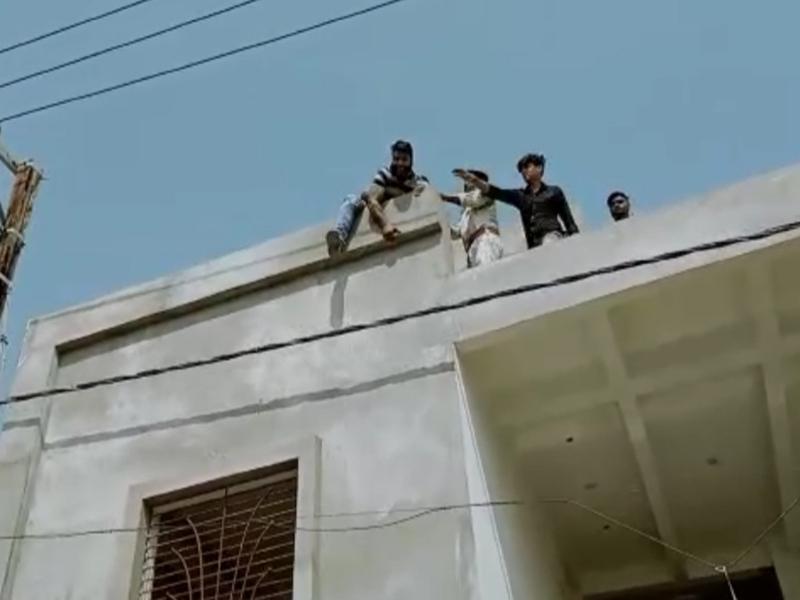 Bhopal Crime News: प्रेम विवाह कर चुके युवक ने ससुर को डराने के लिए छत से कूदने की दी धमकी, थाने में हंगामा