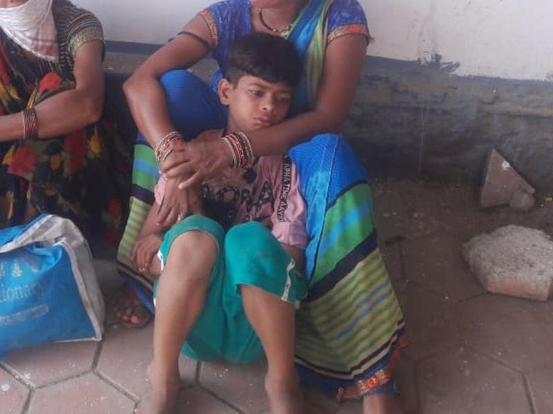 VIDEO: नरसिंहपुर जिले में कार और ऑटो की टक्कर, घायल बच्चे ने फोन कर बुलाई एंबुलेंस