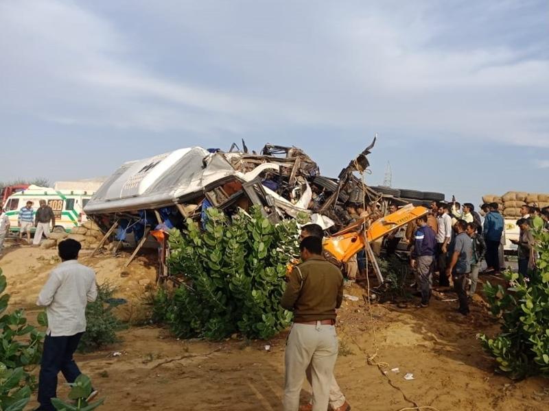Rajasthan के डुंगरगढ़ में भीषण सड़क हादसा, बस और ट्रक की भिड़ंत में 14 की मौत और 25 घायल