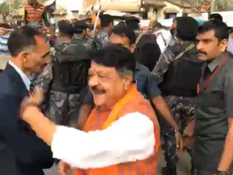 BJP महासचिव कैलाश विजयवर्गीय ने Video जारी करके कहा बंगाल में मुझे भीड़ ने घेर लिया है, SP और DG फोन नहीं उठा रहे