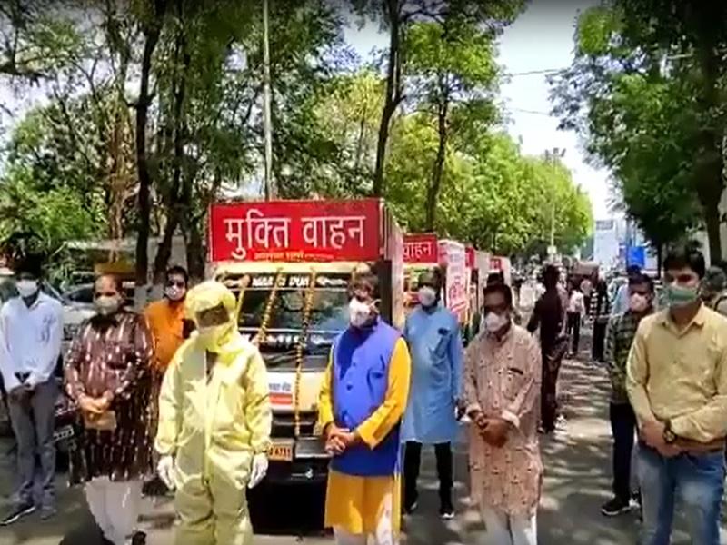 Bhopal News: शव वाहन के सामने फोटो खिंचवाने से भी बाज नहीं आए पूर्व महापौर आलोक शर्मा