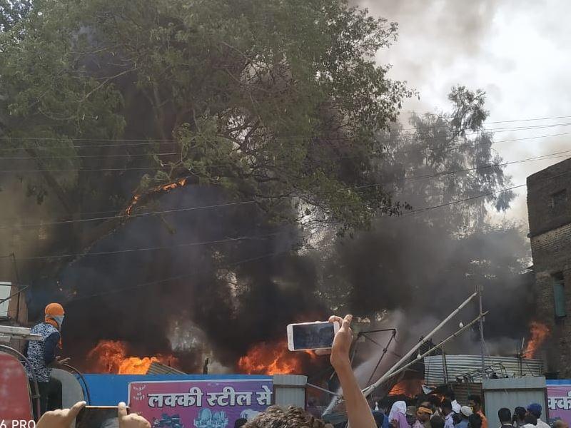 Fire in Khandwa: खंडवा में दुकान में आग लगने से मची अफरा-तफरी, लाखों का सामान जला
