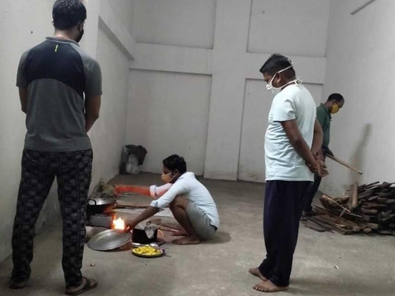 Fire In Hospital: दोहरी चुनाैती से लड़ कर बचाई जान, फायर स्टेशन में क्वारंटाइन