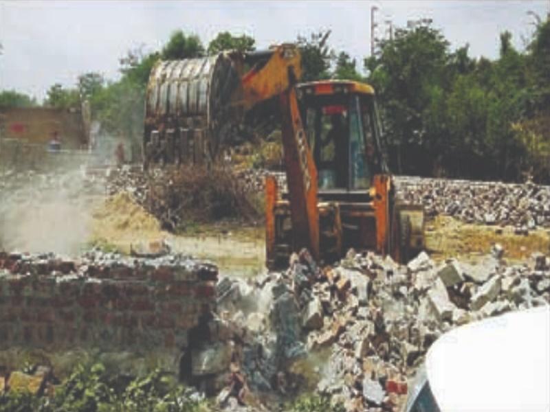 Gwalior Railway News: रेलवे की जमीन पर ताना मकान, जेसीबी ने ढहाया