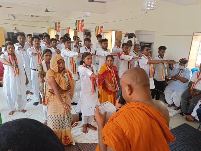 Jodhpur: दलित समाज के 50 से अधिक लोगों ने अपनाया बौद्ध धर्म, पूरे परिवार संग ली दीक्षा