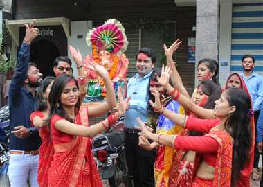 'गणपति बप्पा मोरिया, अगले बरस तू जल्दी आ' गाकर दी बिदाई