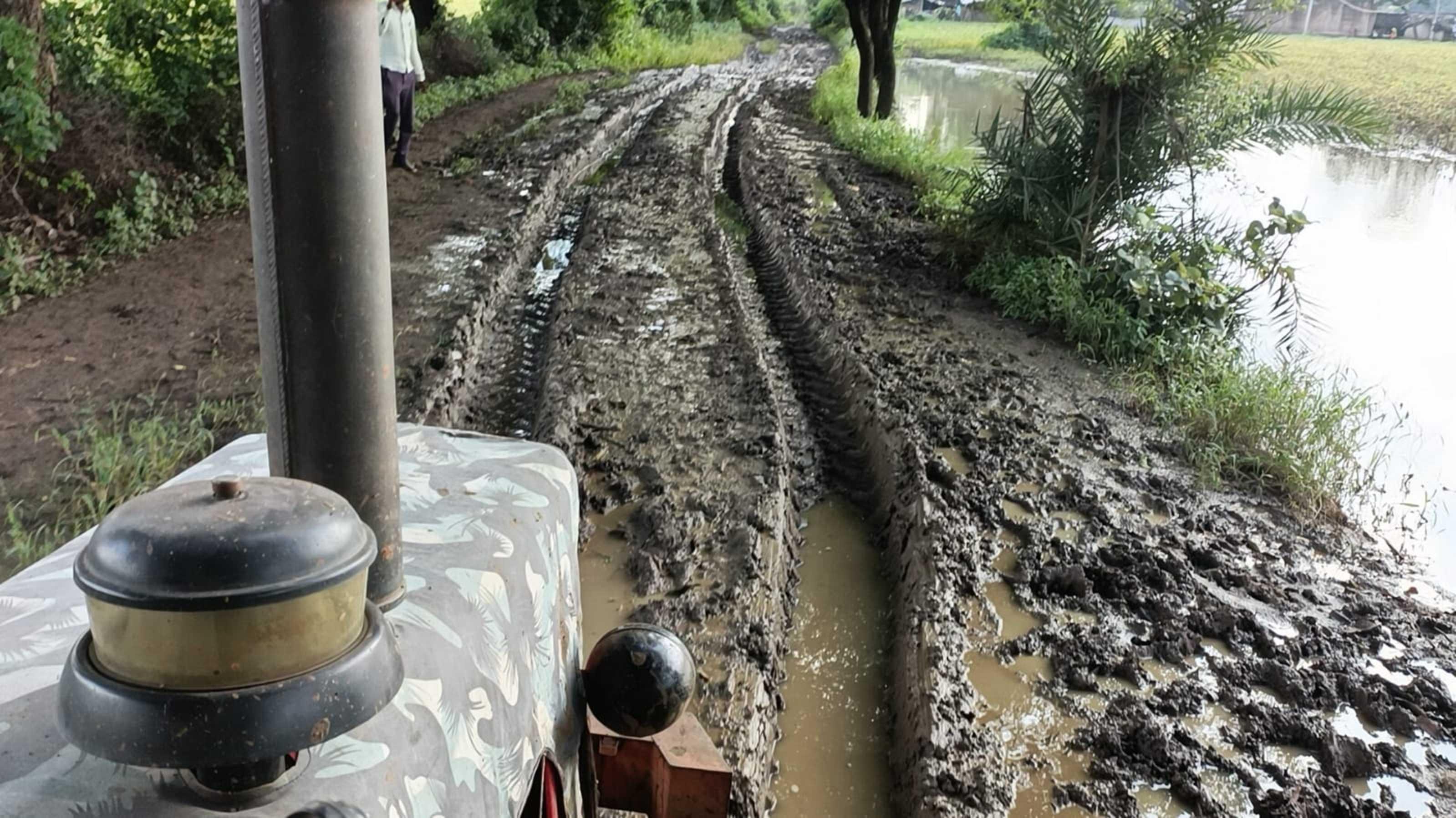 आदिवासी बस्ती में न सड़क न पानी, घर भी टूटे