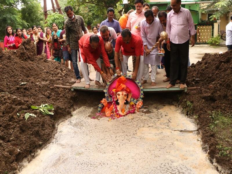 Ganesh Visarjan 2021 Indore : गणपति बप्पा से मांगी सुख-समृद्धि, नम आंखों से दी विदाई