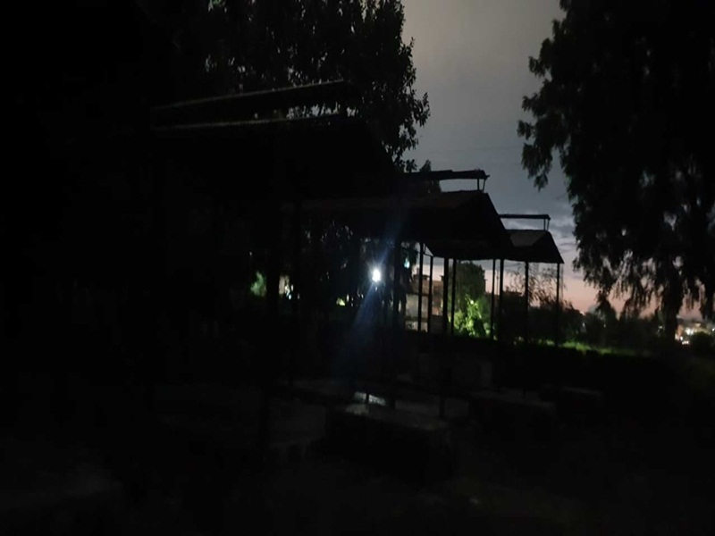 Naidunia Abhiyan: टॉर्च की रोशनी में हो रहे मुरार मुक्तिधाम में अंतिम संस्कार