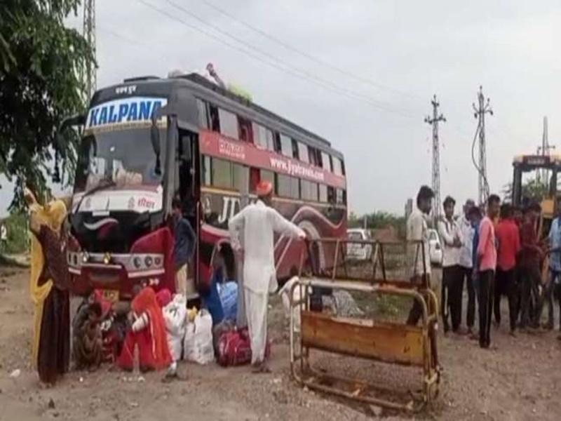 Rajasthan : पुलिस ने पकड़ी पाक विस्थापितों से भरी बस, बिना सूचना दिये जा रही थी पाकिस्तान