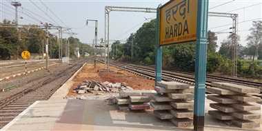 स्टेशन पर पड़ी निर्माण सामग्री से यात्री हो रहे घायल
