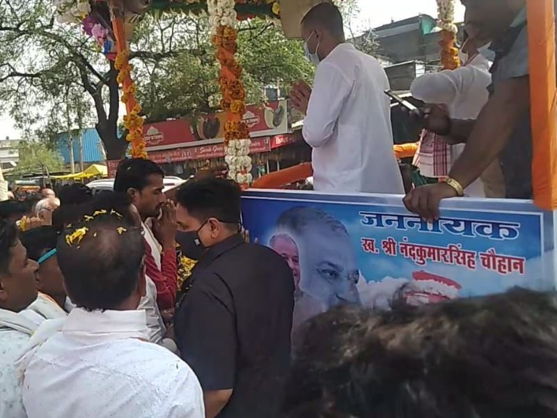 खंडवा जिले में नंदकुमार सिंह चौहान के अस्थि कलश पर पुष्प अर्पित कर लोगों ने दी श्रद्धांजलि