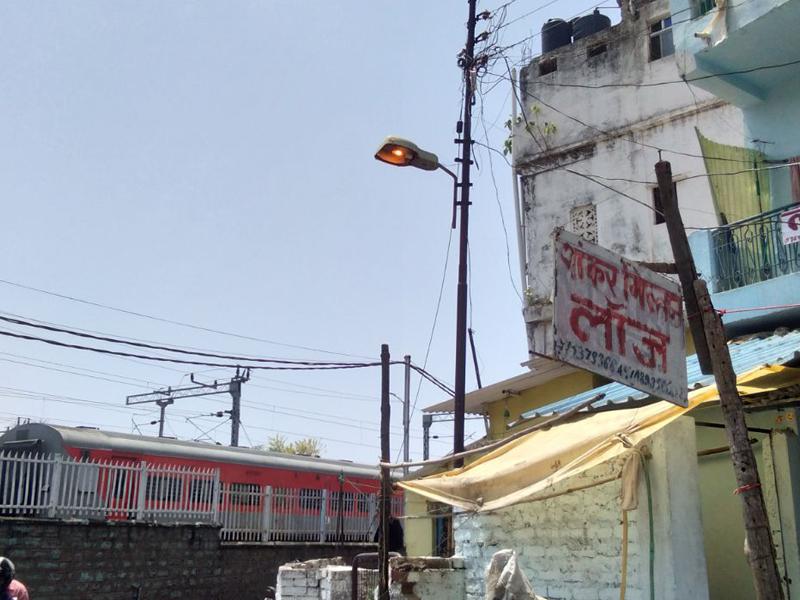 Jabalpur News: रात में गलियों में अंधेरा, दिन में रोशन स्ट्रीट लाइट