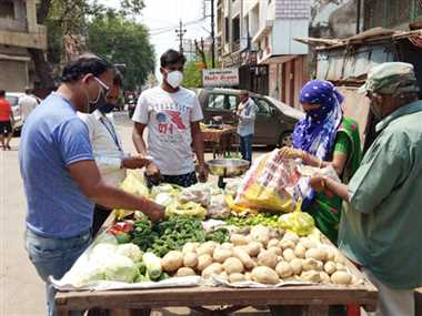 ठेलों में बिकीं सब्जियां, घरों से निकली भीड़
