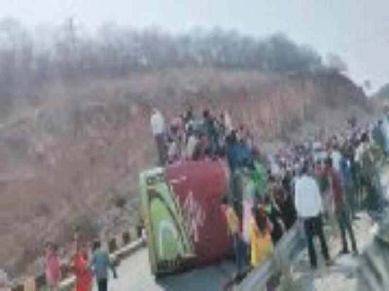 Gwalior Accident News: दिल्ली से आ रही मजदूरों से भरी ओवरलोड बस जौरासी घाटी पर पलटी, 3 की मौत
