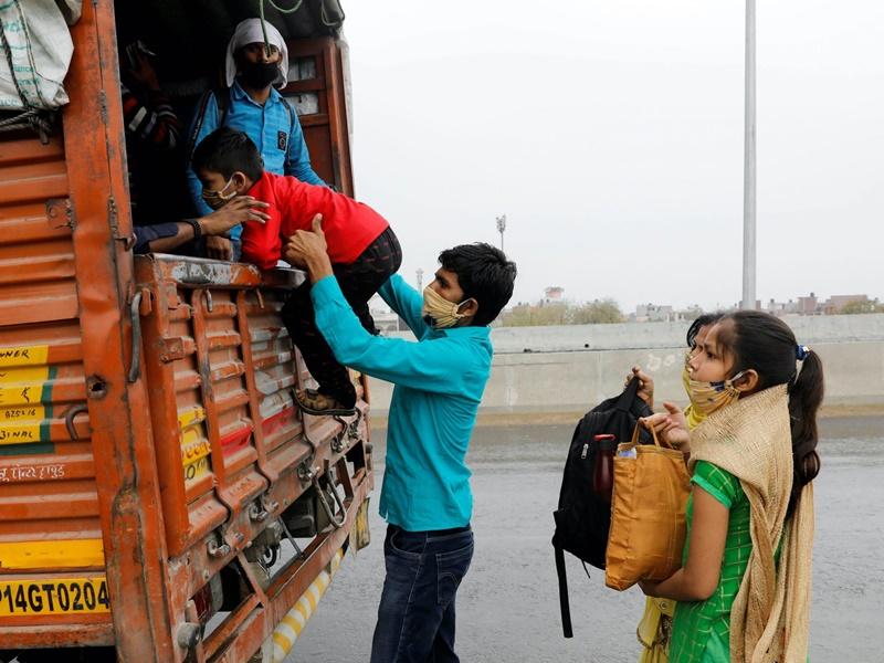 Migrant Workers: मजदूरों का पलायन फिर शुरू , देखिए तस्वीरें, राहुल गांधी बोले- खातों में रुपए जमा करे सरकार