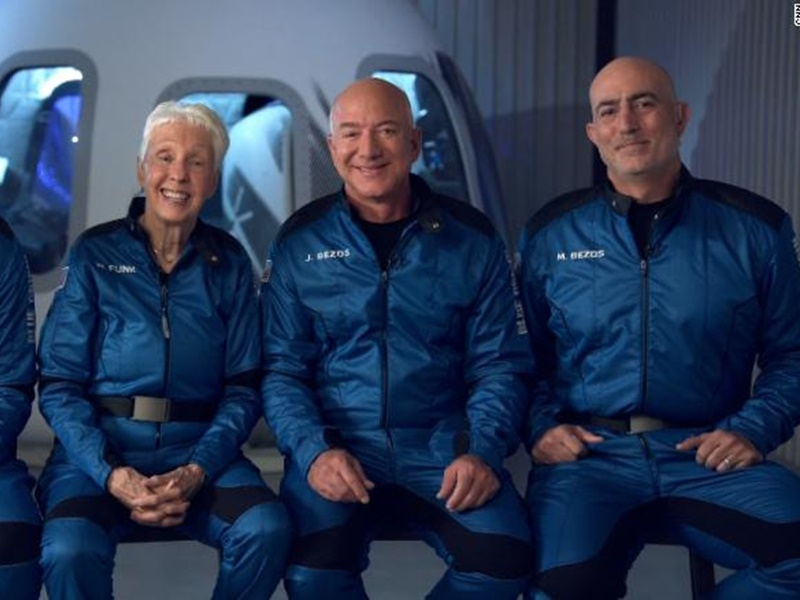 Space Travel: अंतरिक्ष की यात्रा कर सकुशल वापस लौटे जेफ बेजोस, 11 मिनट तक स्पेस की सैर