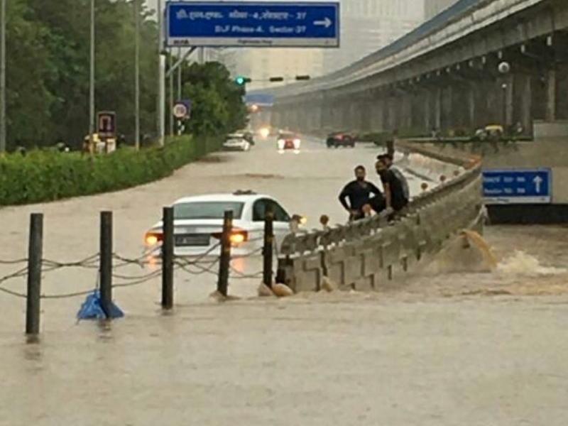 Flood Alert: आधे देश में बाढ़, तालाब बने शहर, देखिए दिल्ली और गुरुग्राम के फोटो-वीडियो