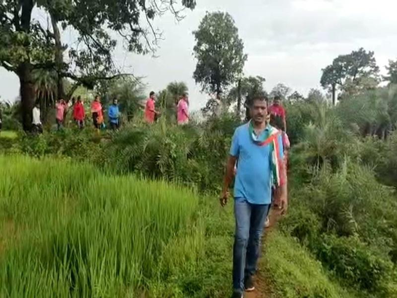 VIDEO: बारिश में भीगते, किचड़ भरी पगडंडियों से होकर क्षेत्र के विकास का मकसद लिए दौरे पर निकले विधायक