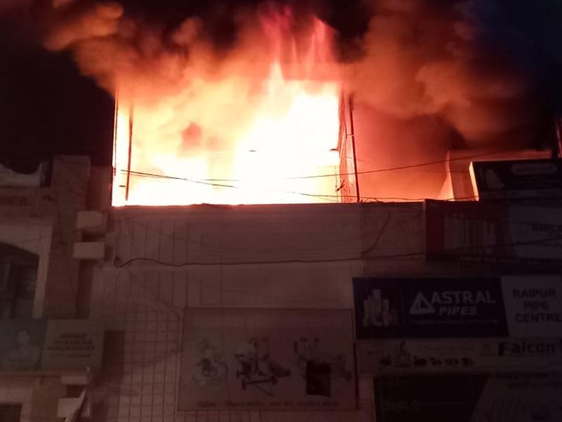 Video Fire In Raipur Shop: रायपुर में स्टेशन रोड के गुरुद्वारे के पीछे की पाइप दुकान में लगी आग