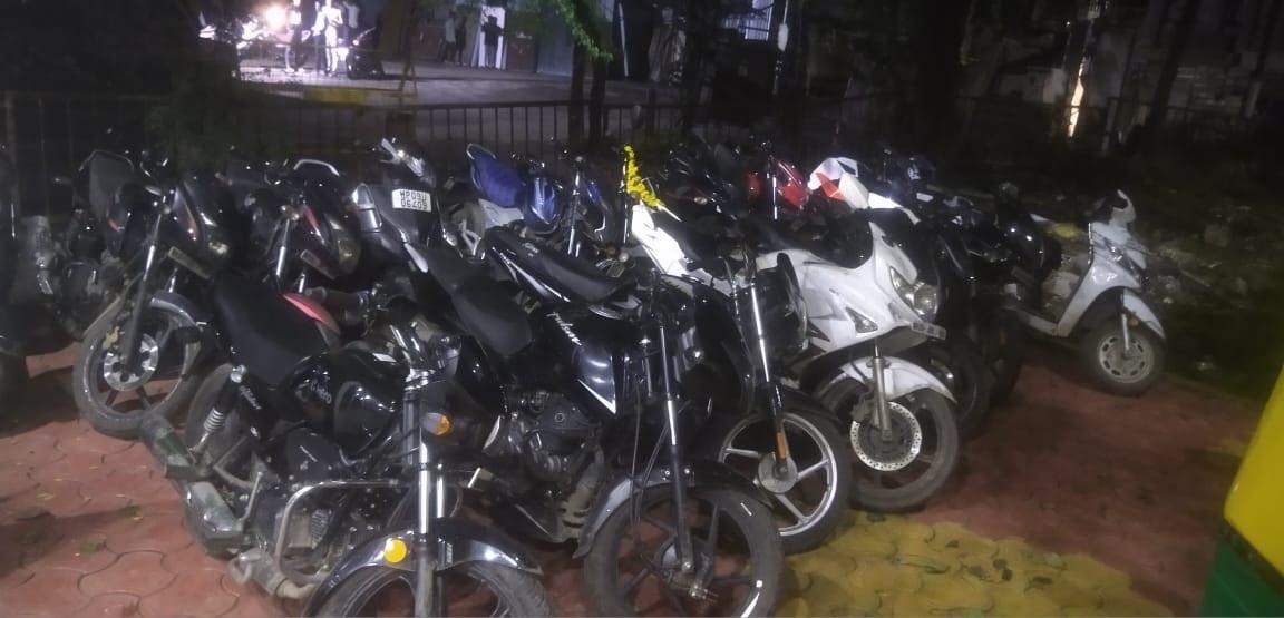 Indore Crime News: रात में सड़क पर हंगामा कर मना रहे थे जन्मदिन, पुलिस आई तो वाहन छोड़ भागे