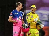 IPL 2020: MS Dhoni ने अपने 200वें आईपीएल मैच के बाद Jos Buttler को दिया खास गिफ्ट