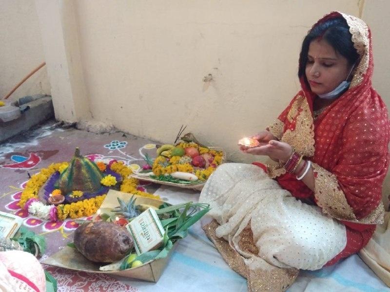 Chhath Puja Indore 2020: निर्जरा व्रत रखकर डूबते सूरज से मांगी जीवन में संपन्नता