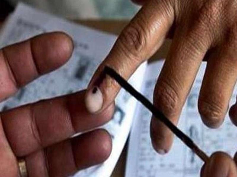 रायगढ़ में बिना सुरक्षा मतदान दल में महिलाओं की ड्यूटी, भड़के आयुक्त