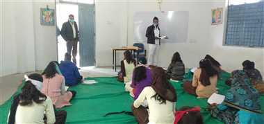 विद्यार्थियों को स्कूल आने के लिए प्रेरित कर रहा दल