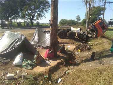 चावल की बोरियों से भरा ट्रॉला झोपड़ियों के पास पलटा, बड़ा हादसा टला