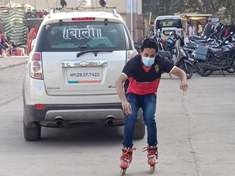 Corona Vaccination in Madhya Pradesh: शाजापुर में स्केटिंग करते हुए वैक्सीनेशन सेंटर पहुंचे डा. नायक