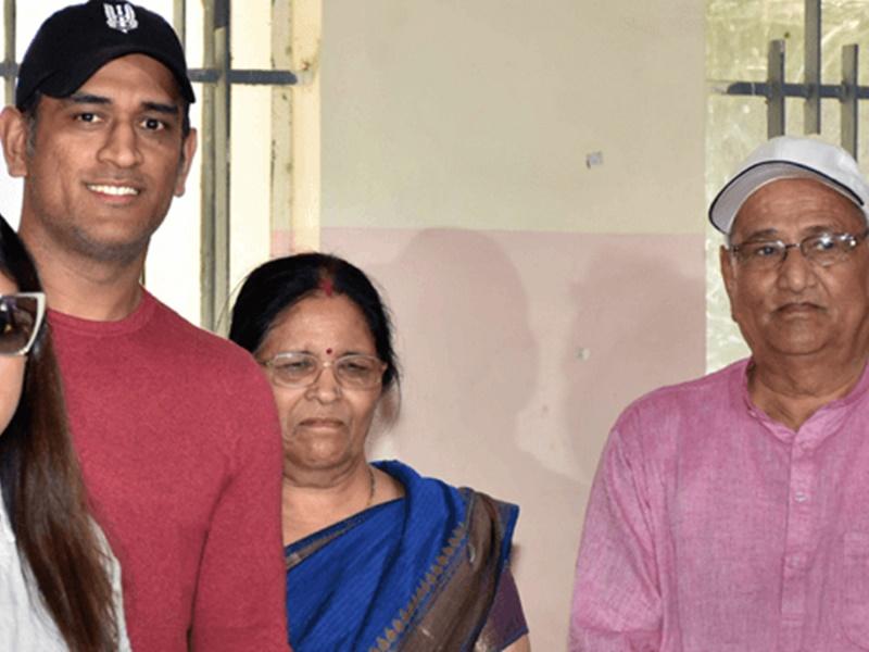 MS Dhoni के माता-पिता को हुआ कोरोना, रांची के अस्पताल में भर्ती