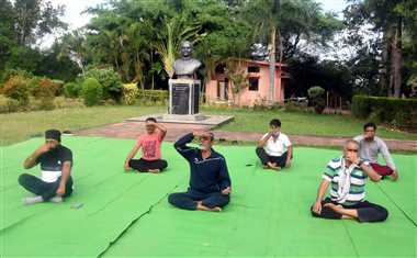 कोरोना ने बढ़ाई योग की अहमियत, योग दिवस पर घर-घर में किया योगाभ्यास