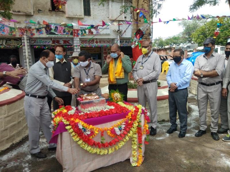 BHEL Bhopal News: केक काटकर मनाया नीम के पेड़ का जन्मदिन, ऑक्सीजन उत्पादन करने वाले भेल कर्मचारियों का किया सम्मान