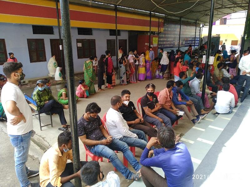 Vaccination Maha Abhiyan Indore: सर्वर डाउन होने के कारण टीकाकरण में पड़ा व्यवधान तो आफलाइन लगाए टीके