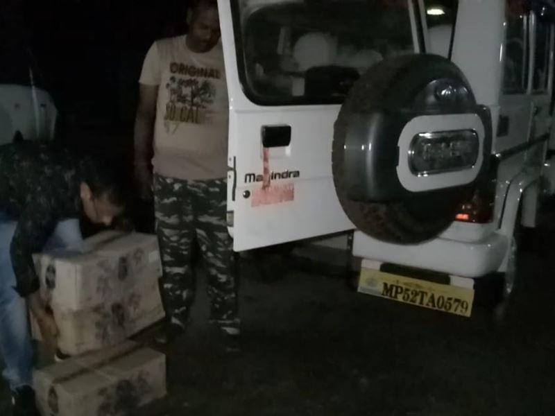मध्य प्रदेश शासन लिखे वाहन से हो रही थी अवैध शराब की तस्करी
