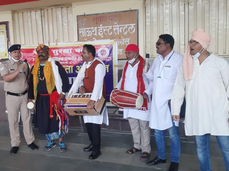 Bilaspur Railway News: नुक्कड़ नाटक के जरिए आरपीएफ यात्रियों को कर रही सचेत