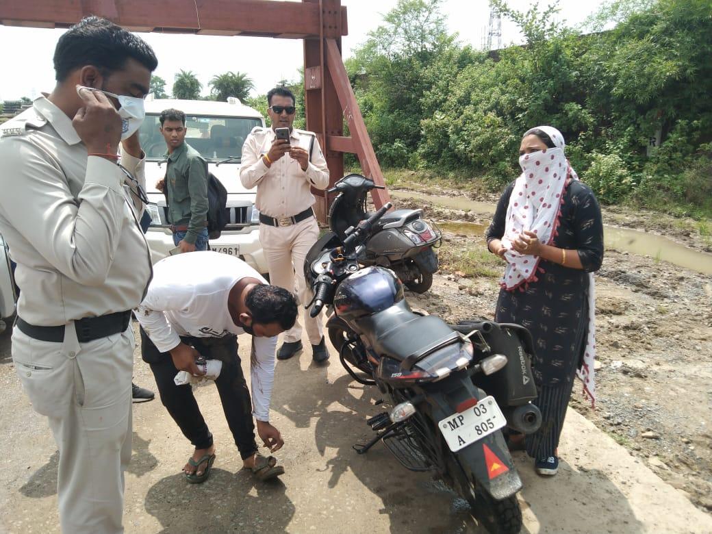 Sagar Crime News: मोबाइल छीनकर 'धूम' स्टाइल में बाइक से भागे पति-पत्नी, तीन थानों की पुलिस पीछे पड़ी, बीना में आकर कीचड़ में गिरे