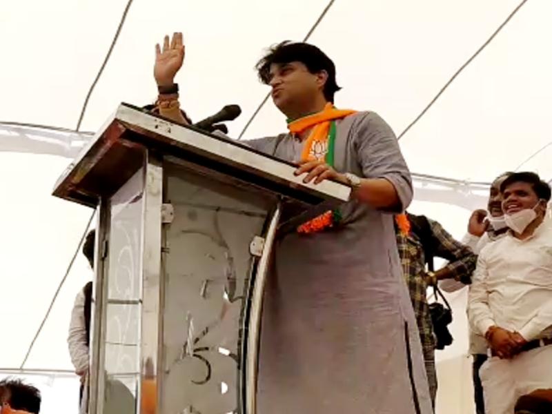 Madhya Pradesh Assembly by-elections: चुनावी सभा में सिंधिया कभी राहुल तो कभी अमिताभ की नकल करते नजर आए