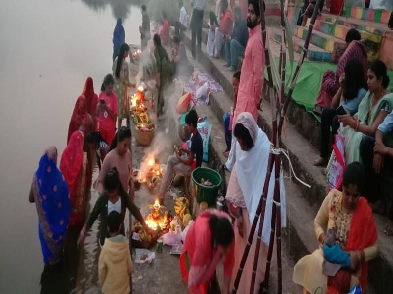 Chhath Puja 2020: उत्साह और उमंग के साथ मनाया सूर्य उपासना का महापर्व, सुबह घाटों पर हुई पूजा