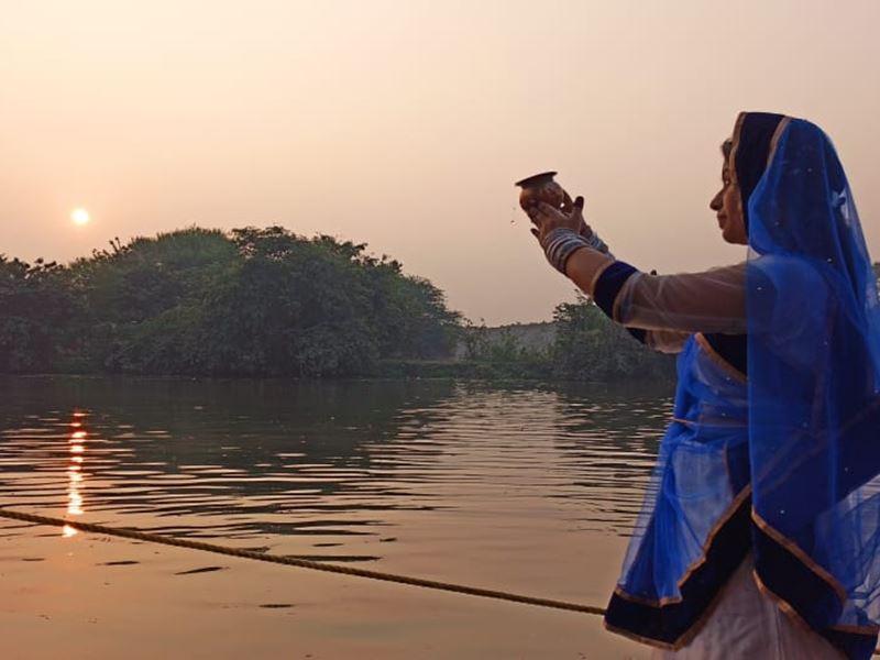 Chhath Puja 2020: खंडवा में सूर्य को अर्घ्य देकर मनाया छठ महापर्व
