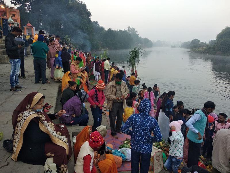 Chhath Puja 2020: विदिशा में छठ पर उगते सूर्य को अर्घ्य देकर देश की खुशहाली की कामना की