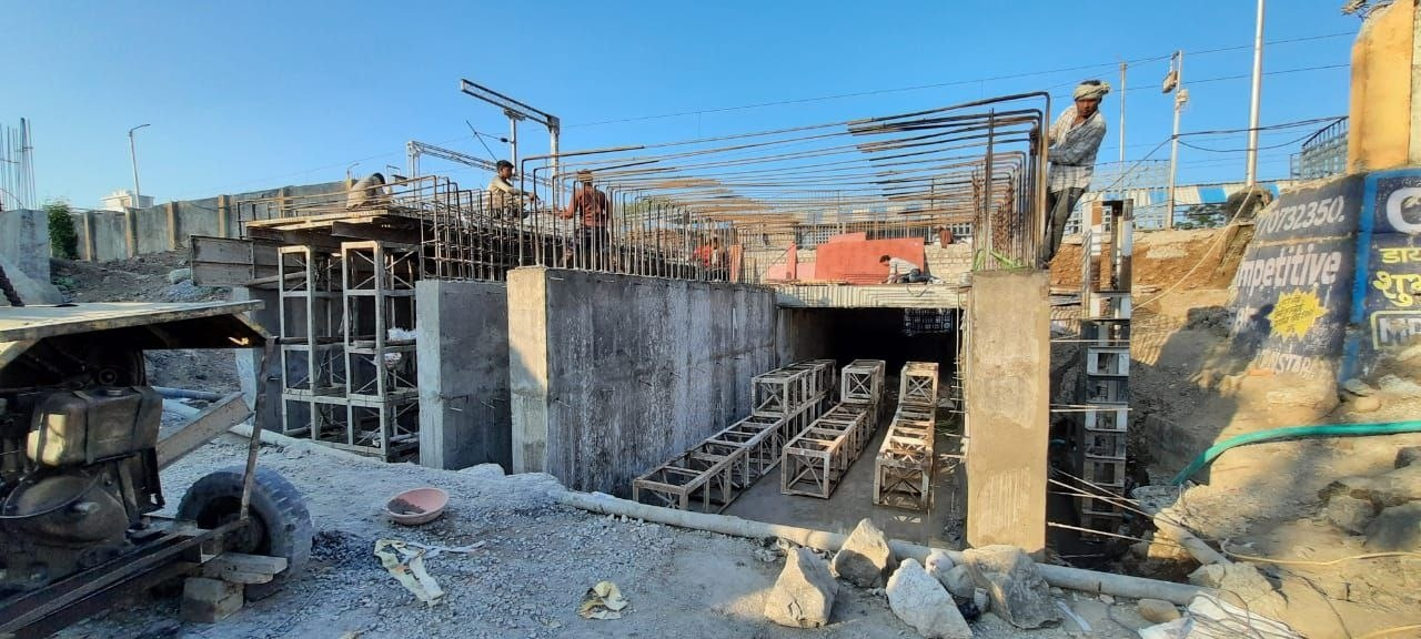 Jabalpur Railway Division: ब्रिज की लंबाई बढ़ाने सीमेंट बाक्स मंगवाने की बजाय खुद बना रहा रेलवे